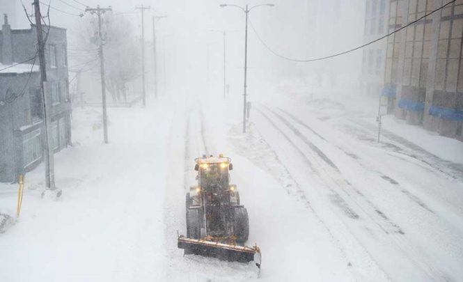 Dramatična situacija zbog snježne oluje: Aerodrom zatvoren, hiljade ljudi bez struje